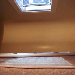 Por dentro nos encontramos con una cama doble ubicada encima de los asientos delanteros.
