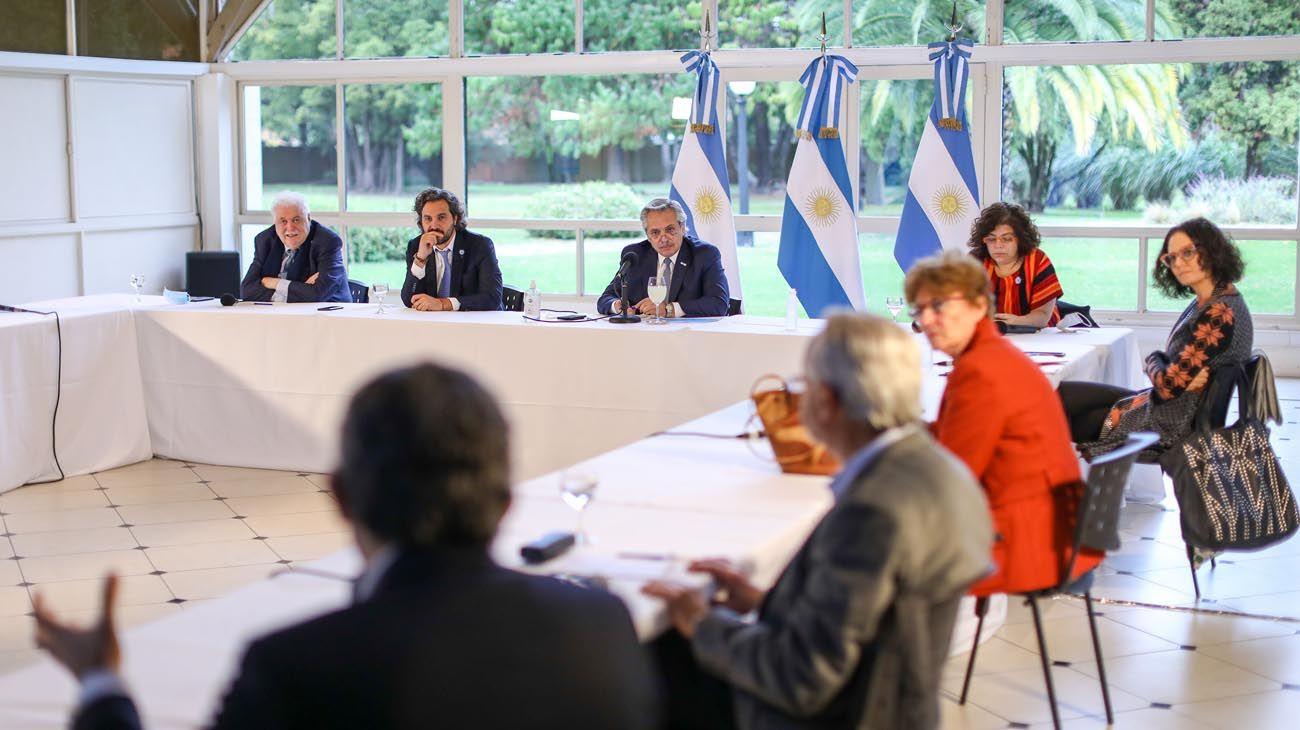 El presidente reunido en la quinta presidencial de Olivos con el equipo de expertos.