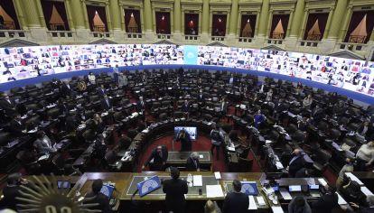 Cámara de Diputados con el sistema de sesiones virtuales, con algunos legisladores presentes y otros por videoconferencia.