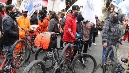 Trabajadores de delivery y de Apps realizan una protesta frente a la Legislatura porteña contra contra el proyecto para regularizar esa actividad que se trataria hoy
