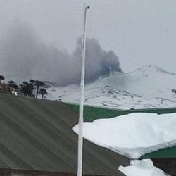 En plena nevada, el volcán Copahue expulsó cenizas que llamaron la atención de los lugareños.