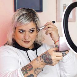 Camino. Empezó como maquilladora en teatro y cine, asegura que el camino autogestivo es muy duro, pero por lo menos le permite trabajar con su propio material.  | Foto:Nestor Grassi