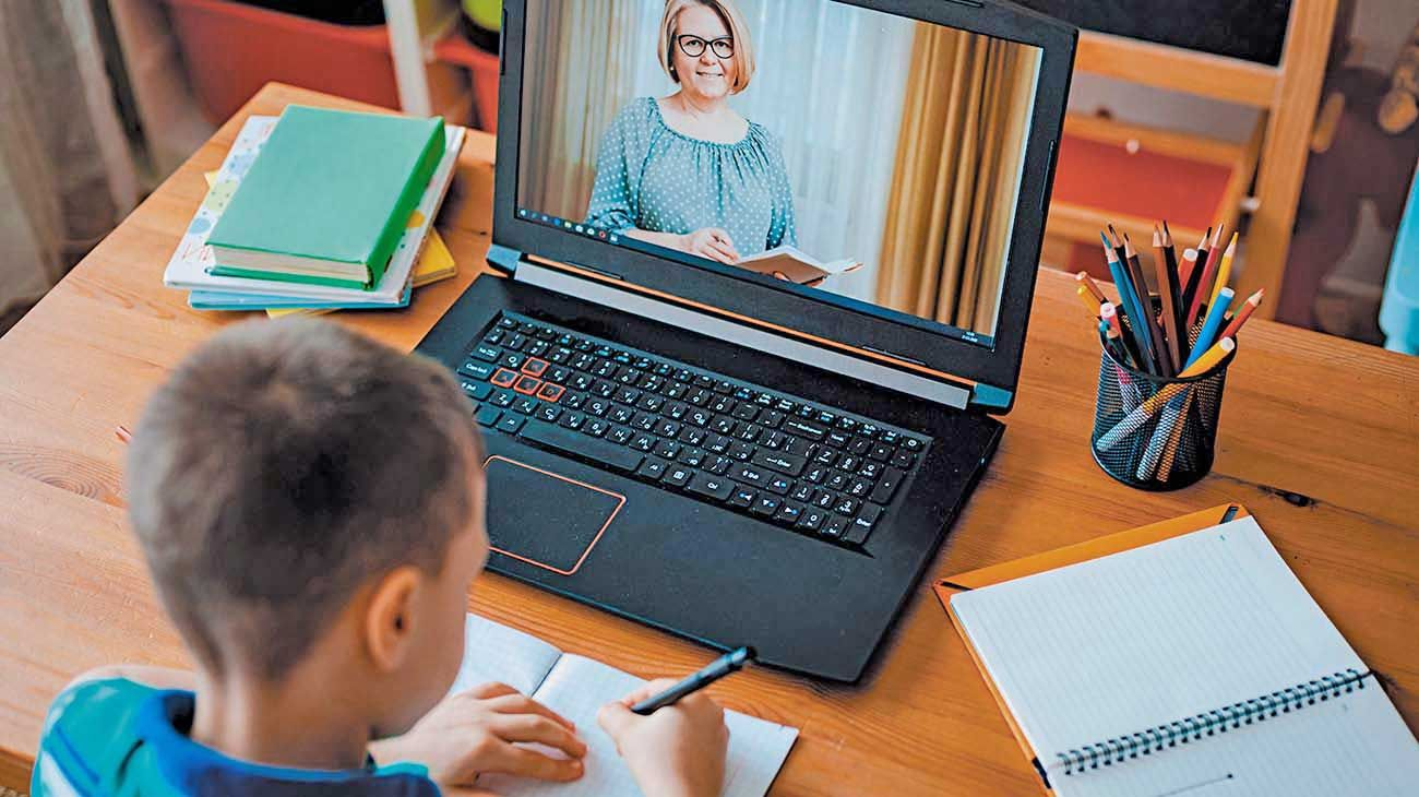 Nueva cultura. Los niños comparten experiencias de la escuela tradicional en un entorno cada vez más tecnológico.
