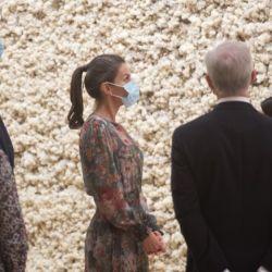 La reina consorte de España asistió junto al rey Felipe al Museo Guggenheim, donde destacó su cabello canoso y su estilismo floral.
