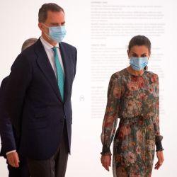La Reina Letizia, usa máscaras faciales a su llegada para visitar el Museo Guggenheim Bilbao en la ciudad vasca española de Bilbao el 17 de julio de 2020