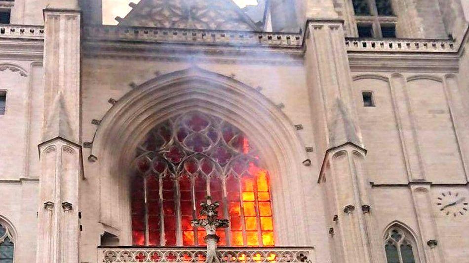 Las llamas se vieron desde la calle en un la Catedral de Nantes este 18 de julio de 2020.