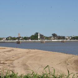 El primer sitio perforado está en el fondo lagunar de limos y arcillas frente a barrio El Pozo, que quedó a la vista por la bajante del río.