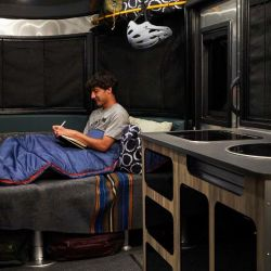 Lo primero a resaltar es la cama, de 2,08 x 1,98 metros.