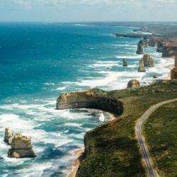 La Great Ocean Road recorre una distancia de 243 kilómetros por la costa.