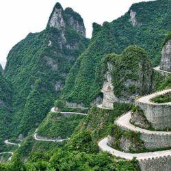 La Tian Men Shan Big Gate Road es una angosta ruta de solo 11 kilómetros de recorrido, 1.100 metros de altitud y 99 curvas.