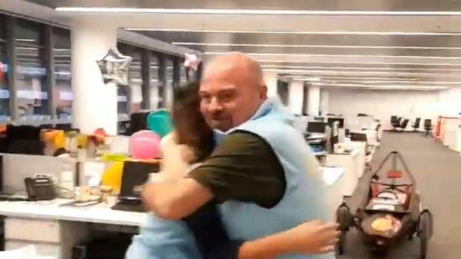 Fabián Capponi, abrazando a una compañera en el video
