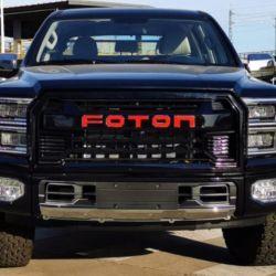 El vehículo equipa faros delanteros con luces LED diurnas dobles en forma de C y enormes pasos de ruedas.
