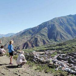 Mirador natural de Nazareno en el  cerro del albergue. Una vista completa  del pueblo y de las serranías circundantes.