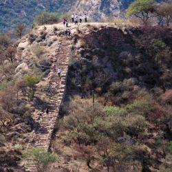 Terraza de uno de los cerros ceremoniales de El Shincal, donde los incas rendían culto, realizaban rituales y eran puestos de vigía, dominando visualmente toda la región.