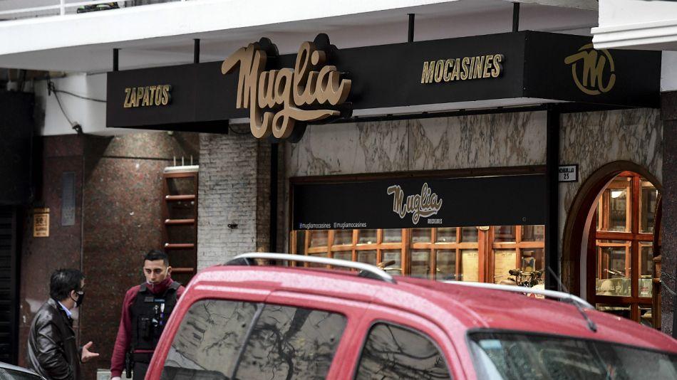 En un asalto a una zapatería, en Flores, un ladrón murió y el propietario resultó herido en la mano.