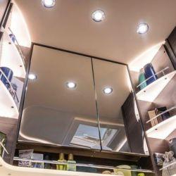 Su interior permite diferentes configuraciones, con una amplia gama de armarios y mobiliario hechos a medida.