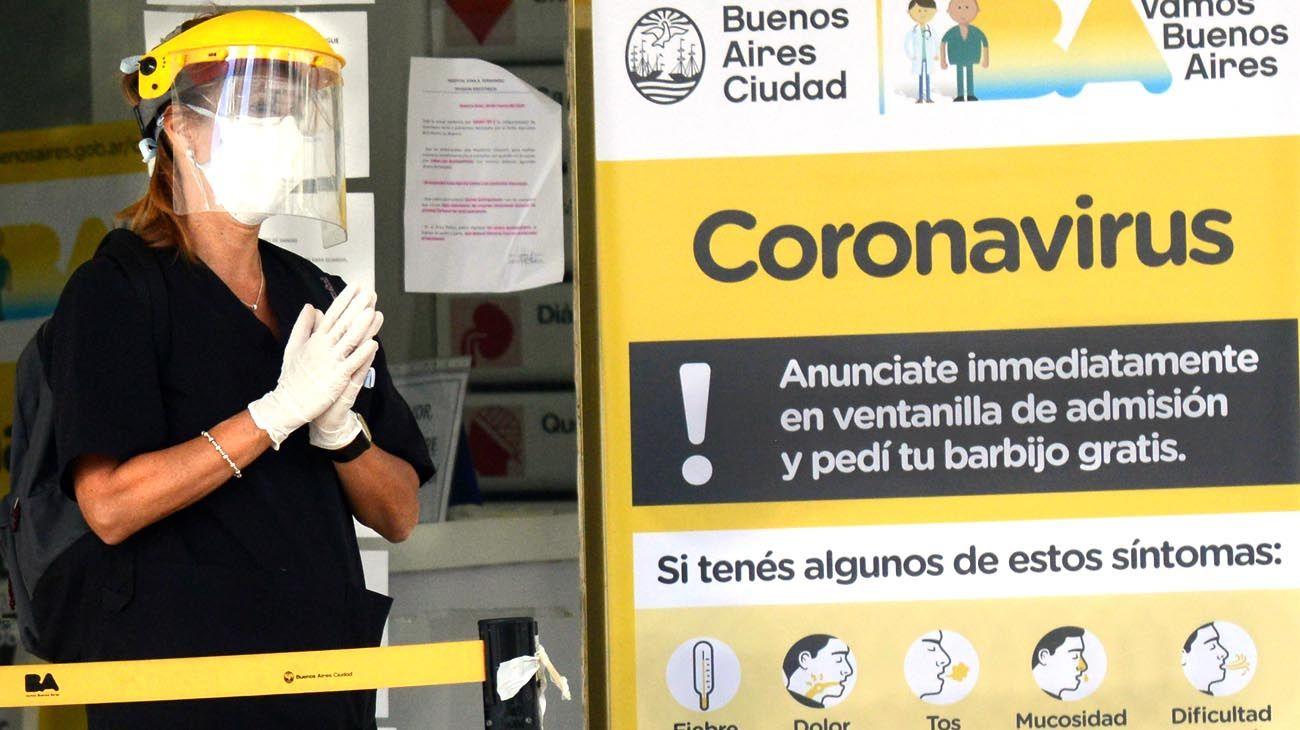 Personal sanitario de hospitales públicos porteños con barbijos tricapa.