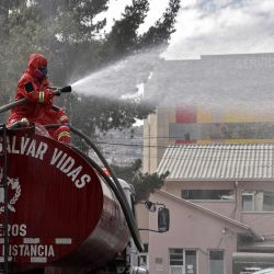 Los bomberos de la policía desinfectan el exterior del Hospital de Niños en la Paz, en medio de la nueva pandemia de coronavirus. | Foto:AIZAR RALDES / AFP