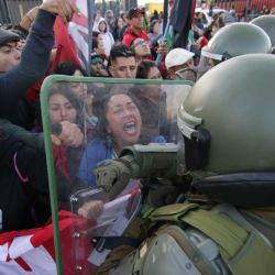 Chile, Santiago: la policía se enfrenta a los manifestantes durante una protesta contra el presidente chileno, Sebastián Piñera.  | Foto:DPA