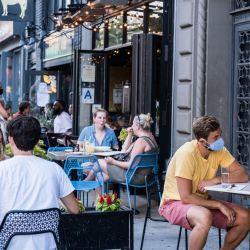 La gente cena al aire libre, o al aire libre, en el East Village en la ciudad de Nueva York. El programa de restaurantes abiertos de la ciudad de Nueva York, que busca incorporar gradualmente las opciones del lado de la ciudad para expandir los asientos al aire libre para establecimientos de comida, se ha extendido hasta octubre. | Foto:Jeenah Moon / Getty Images / AFP