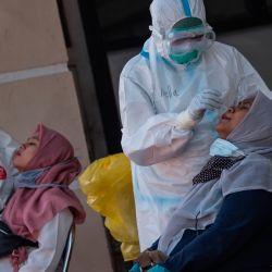 Las mujeres embarazadas se someten a pruebas de hisopo para el coronavirus COVID-19 en Surabaya. | Foto:JUNI KRISWANTO / AFP
