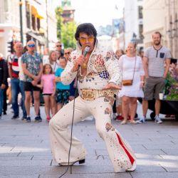 El artista noruego Kjell Elvis se presenta en el centro de Oslo en un intento por batir el récord del maratón de canto Elvis Presley más largo del mundo en Oslo. - Su plan es actuar continuamente durante 50 horas. | Foto:Fredrik Hagen / NTB Scanpix / AFP