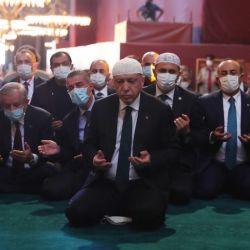 El presidente de Turquía, Tayyip Erdogan asistió a las oraciones en la Gran Mezquita de Hagia Sophia durante la ceremonia oficial de inauguración de Hagia Sophia en Estambul.  | Foto:Mustafa Kamaci / AFP