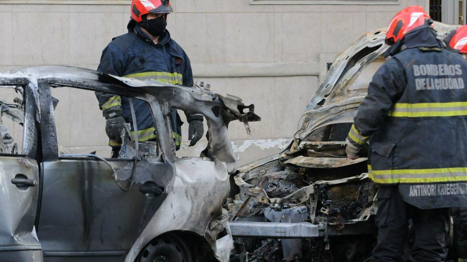 Varios coches y motos fueron incendiados en Villa Crespo.