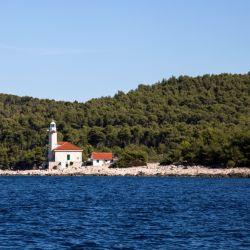 Los faros de piedra son típicos de la costa croata. En algunos se puede pernoctar. Foto: Anita Arneitz/dpa