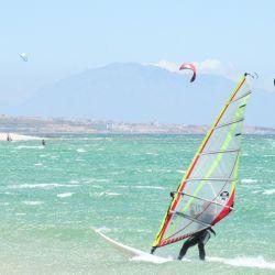 El paraíso de surfistas Playa Valdevaqueros, en la costa atlántica. Foto: Manuel Meyer/dpa-tmn