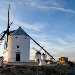 Los molinos de viento históricos de Consuegra, donde fue ambientada la novela de Don Quijote de la Mancha. Foto: Jens Kalaene/dpa-Zentralbild/dpa-tmn