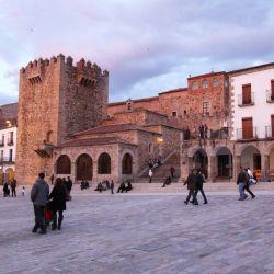 La Plaza Mayor de Cáceres con la torre de Bujaco. La ciudad ofrece mucha arquitectura de la época de los conquistadores de América. Foto: Manuel Meyer/dpa-tmn