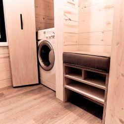 La casa rodante cuenta con un pequeño lavadero equipado con un lavasecarropas.