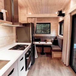 Esta casa (o cabaña) rodante tiene capacidad para cuatro personas y todo su interior está recubierto en madera de pino y roble.