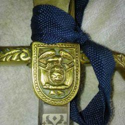 Los escudetes tienen gravados sobre el lado derecho el Escudo Nacional Ecuatoriano.