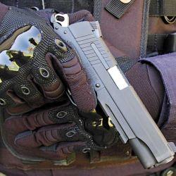 Detalle de la posición de seguridad, adoptada por un integrante del Grupo de Operaciones Especiales de C.A.B.A. y Sul con armas largas.