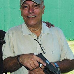 El autor de la nota, durante una instrucción de tiro defensivo realizada con un grupo  de Operaciones Especiales.