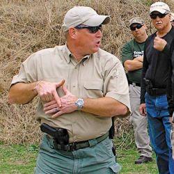 Un instructor explica a los cursantes, cómo colocar las manos para adoptar la Posición Sul.