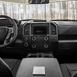 El interior puede incluir asientos de cuero y elementos de aluminio.