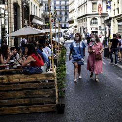La gente almuerza en la terraza extendida de un restaurante hecho con paletas de madera en París, en respeto al distanciamiento social debido a la pandemia del coronavirus COVID-19.   Foto:Christophe Archambault / AFP