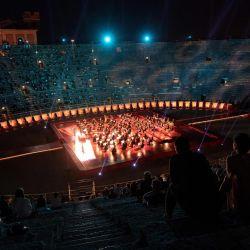 Una vista panorámica desde las gradas muestra la Arena en Verona, norte de Italia, con espectadores y músicos durante un concierto. - Este es el primer espectáculo con nuevas disposiciones contra la propagación del nuevo coronavirus (Covid-19) durante esta temporada.   Foto:MARCO BERTORELLO / AFP