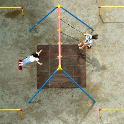 Esta imagen aérea muestra a niños jugando en columpios en un parque en Tokio.   Foto:Kazuhiro Nogi / AFP