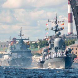 Los buques de guerra rusos navegan por el río Neva durante el desfile del Día de la Marina en San Petersburgo.   Foto:DMITRY LOVETSKY / POOL / AFP