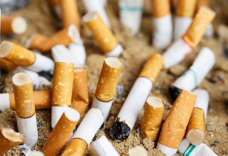"""""""Si fumás: no tires la colilla de cigarrillo al piso (guardala y buscá un tacho)"""", plantea la campaña."""