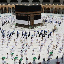Una imagen muestra a los peregrinos dando vueltas alrededor de la Kaaba, el santuario más sagrado del Islam, en el centro de la Gran Mezquita en la ciudad sagrada de La Meca, al comienzo de la peregrinación anual al Hajj musulmán.   Foto:STR / AFP