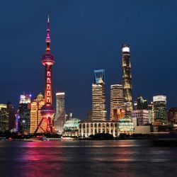 Una vista general muestra el distrito financiero de Lujiazui en la noche, en Shanghai. | Foto:Hector Retamal / AFP