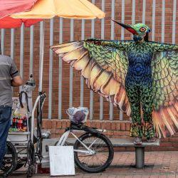 Las personas vestidas de colibrí actúan durante la llamada estrategia  | Foto:Juan Bareto / AFP