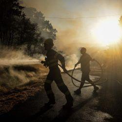 Un aldeano ayuda a un bombero que intenta extinguir un incendio forestal en el pueblo de San Cristóbal, cerca de Monterrey. | Foto:MIGUEL RIOPA / AFP