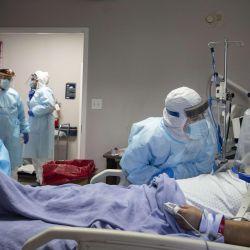 Los miembros del personal médico tratan a un paciente que usa un ventilador con casco en la unidad de cuidados intensivos COVID-19 en el United Memorial Medical Center en Houston, Texas . Los casos y las hospitalizaciones de COVID-19 se han disparado desde que reabrió Texas, llevando a las unidades de cuidados intensivos a su capacidad total y generando preocupaciones sobre un aumento de muertes a medida que el virus se propaga.   Foto:Go Nakamura / Getty Images / AFP