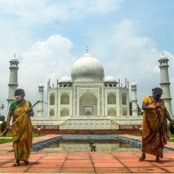 Los trabajadores limpian alrededor de una réplica del Taj Mahal dentro de las instalaciones de un parque de atracciones durante un nuevo encierro impuesto por el gobierno estatal contra el aumento de los casos de coronavirus COVID-19, en Kolkata.   Foto:Dibyangshu Sarkar / AFP